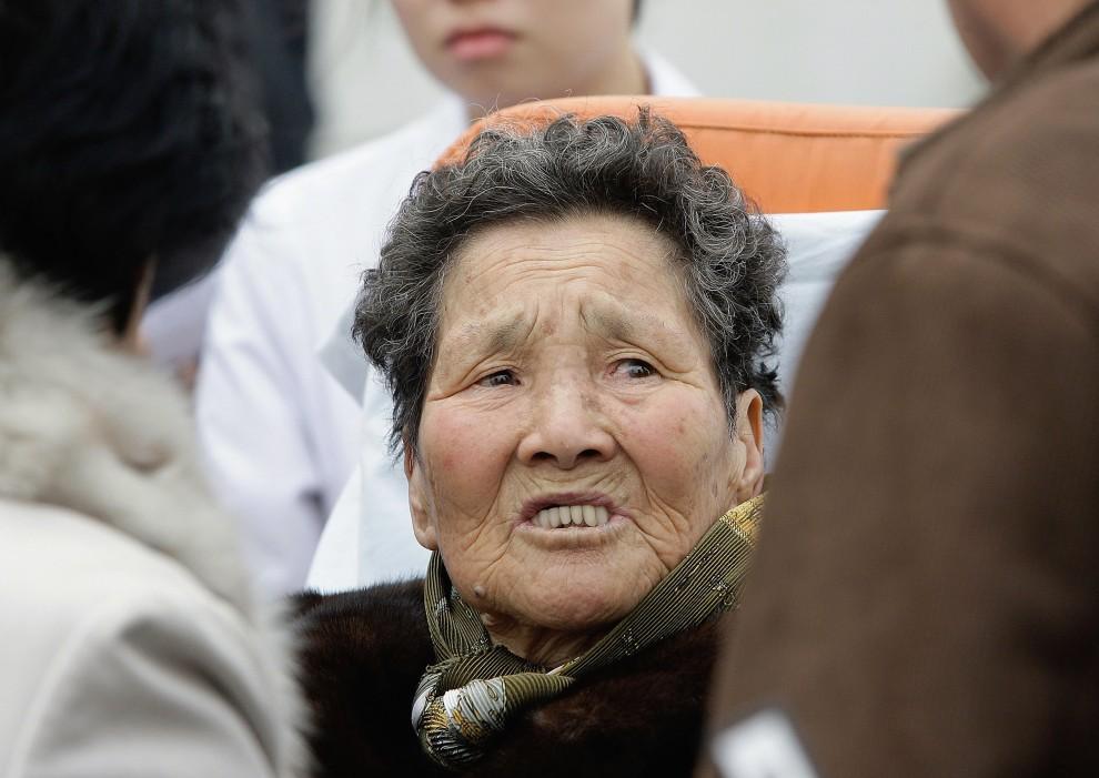 13. KOREA POŁUDNIOWA, Incheon, 24 listopada 2010: Kobieta, której dom został ostrzelany podczas wymiany ognia między wojskami Korei Północnej i Korei Południowej. (Foto: Chung Sung-Jun/Getty Images)