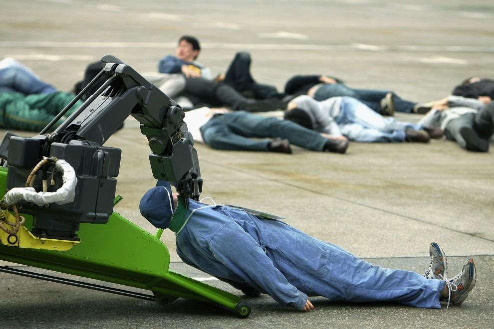 """13. JAPONIA, Tokio, 7 listopada 2008: Robot-ratownik """"Robo-Q"""" podczas pokazowej ewakuacji rannych. (Foto: Kiyoshi Ota/Getty Images)"""