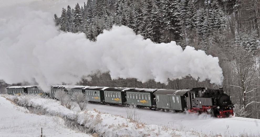 14. NIEMCY, Oberwiesenthal, 27 listopada 2010: Skład z lokomotywą parową przejeżdża przez zaśnieżone okolice Oberwiesenthal. AFP PHOTO / HENDRIK SCHMIDT