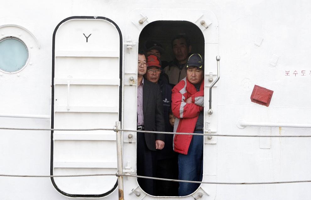 14. KOREA POŁUDNIOWA, Incheon, 24 listopada 2010: Ewakuowanie mieszkańcy Yeonpyeong na pokładzie jednostki wojskowej. (Foto: Chung Sung-Jun/Getty Images)