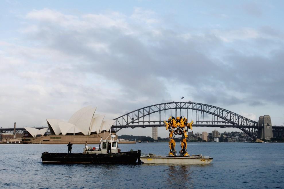 14. AUSTRALIA, Sydney, 5 listopada 2009: Mierzący 5m autobot Bumblebee transportowany na barce w porcie w Sydney. (Foto: Brendon Thorne/Getty Images)