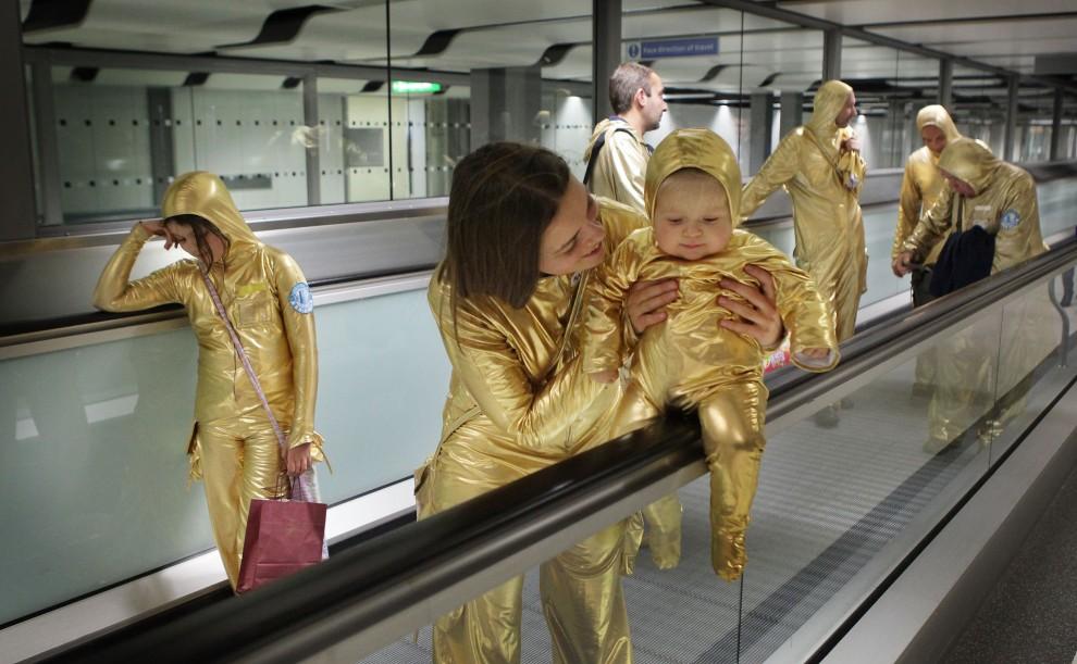 14. WIELKA BRYTANIA, Londyn, 10 grudnia 2009: Przyjaciele Pawła Althamera w przebraniu podróżników kosmicznych promują nową wystawę artysty. (Foto: Peter Macdiarmid/Getty Images)