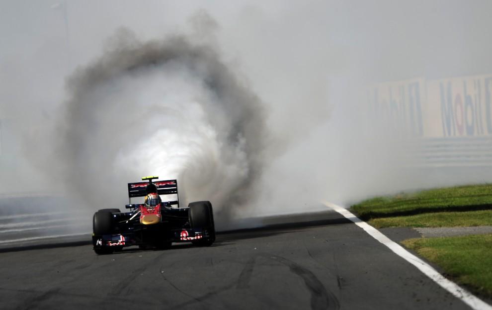 15. WĘGRY, Budapeszt, 1 sierpnia 2010: Dym wydobywający się z bolidu prowadzonego przez Jaime Alguersuariego. AFP PHOTO / ATTILA KISBENEDEK