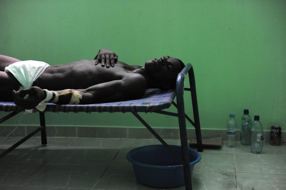 15. HAITI, Arcahaie, 26 października 2010:  Chory na cholerę mężczyzna leczony w szpitalu prowadzonym prze Kubańczyków. AFP PHOTO / Nicholas KAMM