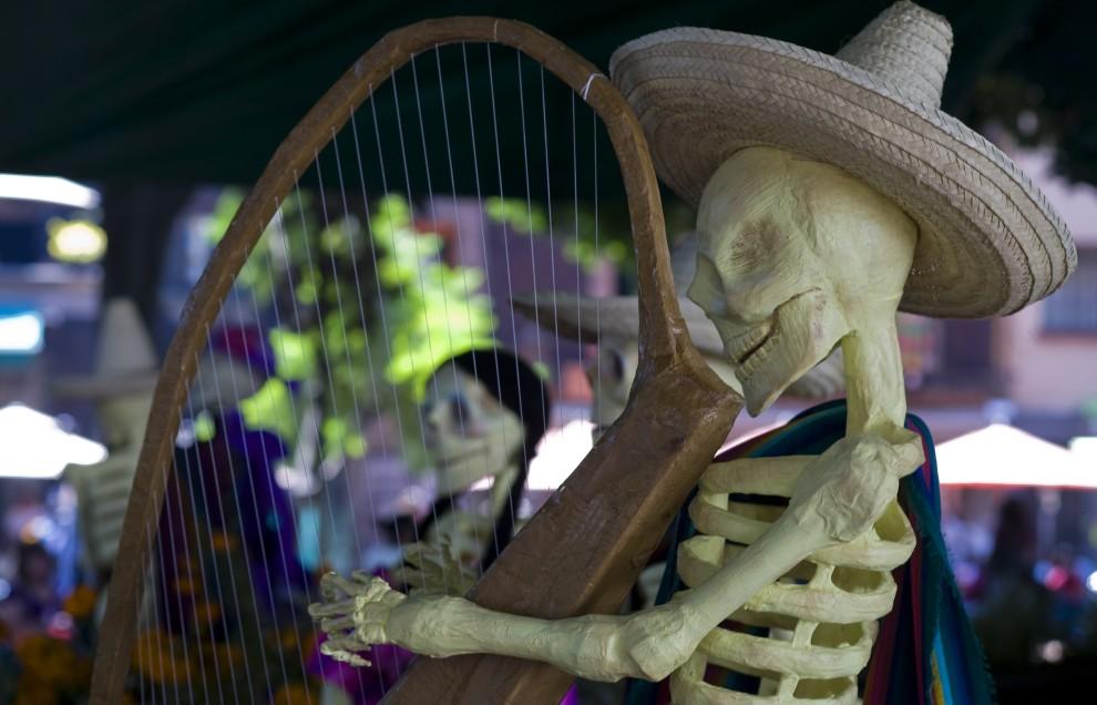 15. MEKSYK, Meksyk, 31 października 2010: Figurka szkieletu grającego na harfie, upamiętniająca zmarłych. AFP PHOTO / OMAR TORRES
