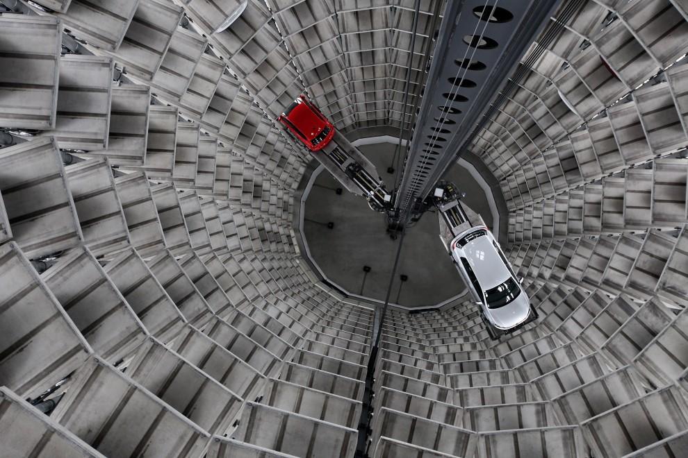 15. NIEMCY, Wolfsburg, 11 marca 2010: Robot obsługujący parking w fabryce Volkswagena. (Foto: Sean Gallup/Getty Images)