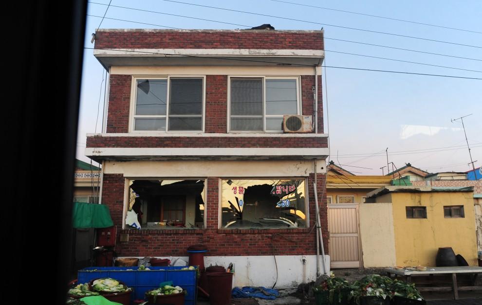 16. KOREA POŁUDNIOWA, Yeonpyeong, 24 listopada 2010: Budynki uszkodzone w wyniku ostrzału wyspy Yeonpyeong. AFP PHOTO / HO / Incheon City