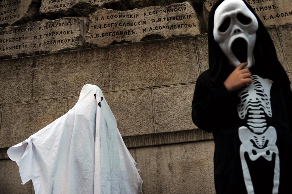 16. BUŁGARIA, Sofia, 31 października 2010: Dzieci w kostiumach bawią się podczas Halloween. AFP PHOTO / NIKOLAY DOYCHINOV