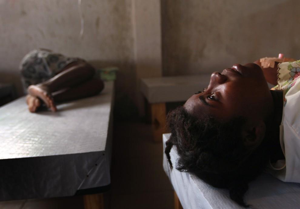 16. HAITI, Port-au-Prince, 20 listopada 2010: Pacjenci leczenie na cholerę w szpitalu prowadzonym przez organizację Lekarze bez Granic. (Foto: Joe Raedle/Getty Images)