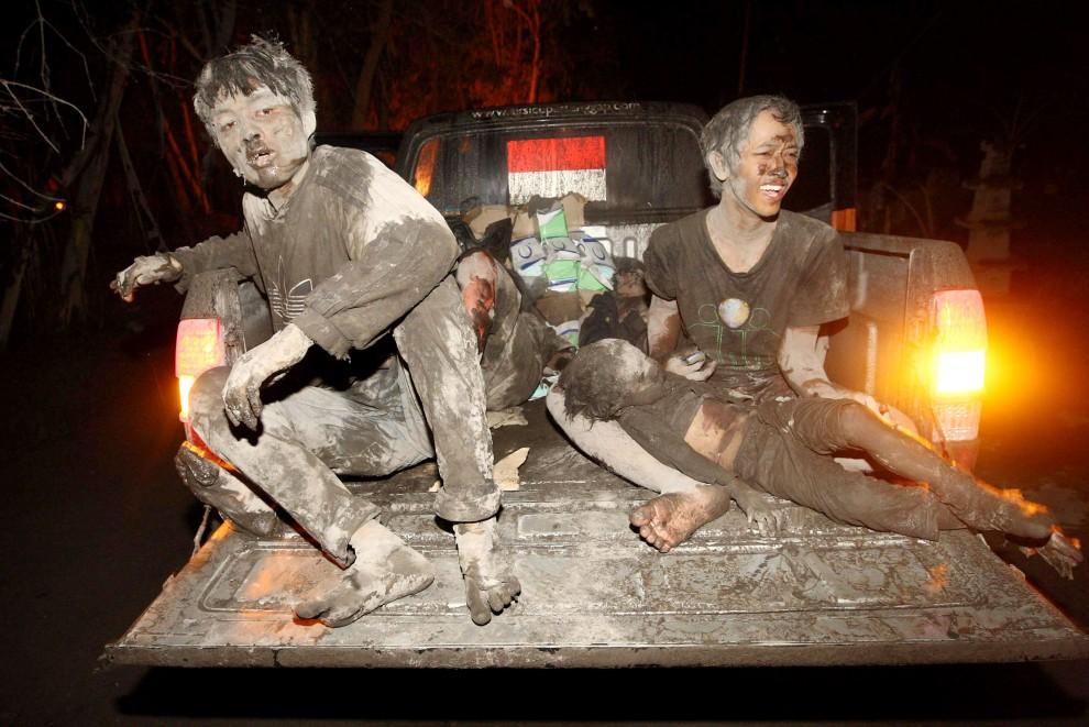 15. INDONEZJA,  Argomulyo, 5 listopada 2010: Mieszkańcy Argomulyo – ofiary erupcji Merapi – podczas ewakuacji przez ratowników  AFP PHOTO / MEDIA INDONEZJA/ HO/SUSANTO
