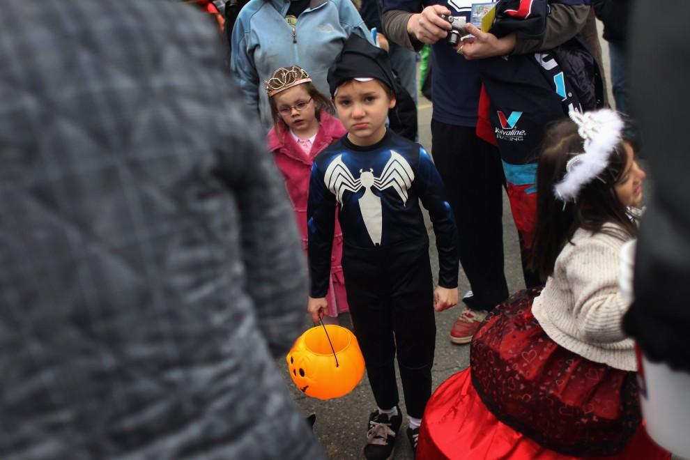 17. USA, Kenai, 31 października 2010: Dzieci w kostiumach bawią się podczas Halloween. (Foto: John Moore/Getty Images)
