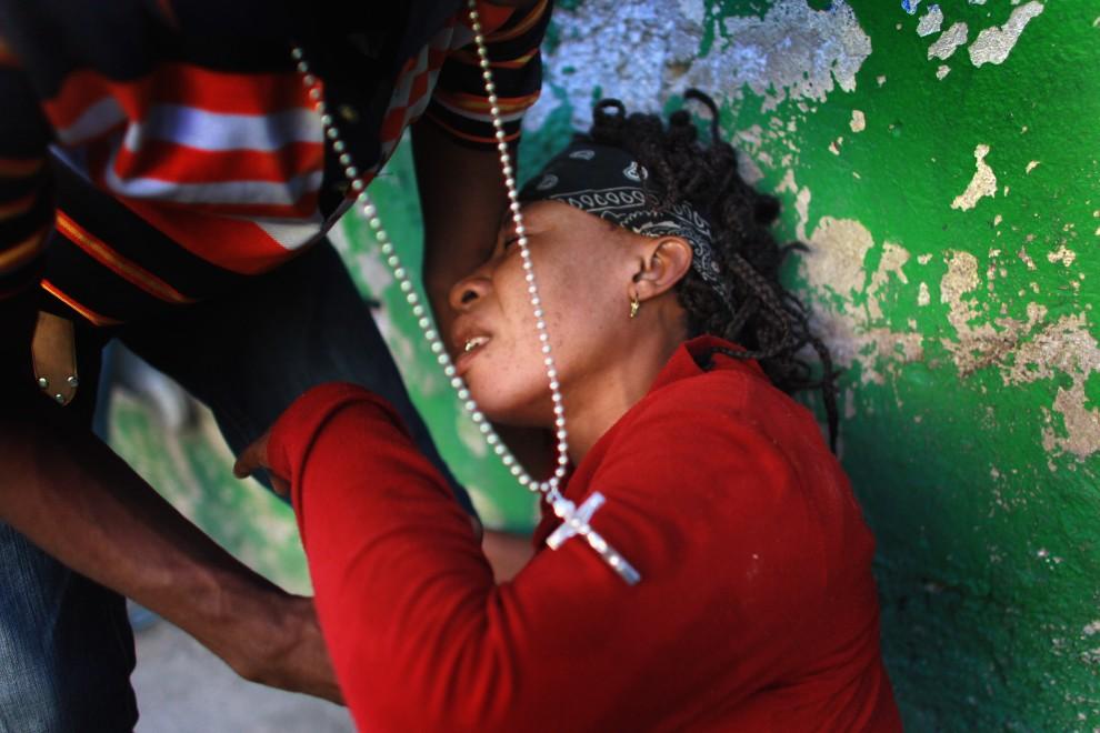 17. HAITI, Port-au-Prince, 19 listopada 2010: Kobieta z symptomami cholery przywieziona do szpitala w slumsach Port-au-Prince. (Foto: Joe Raedle/Getty Images)