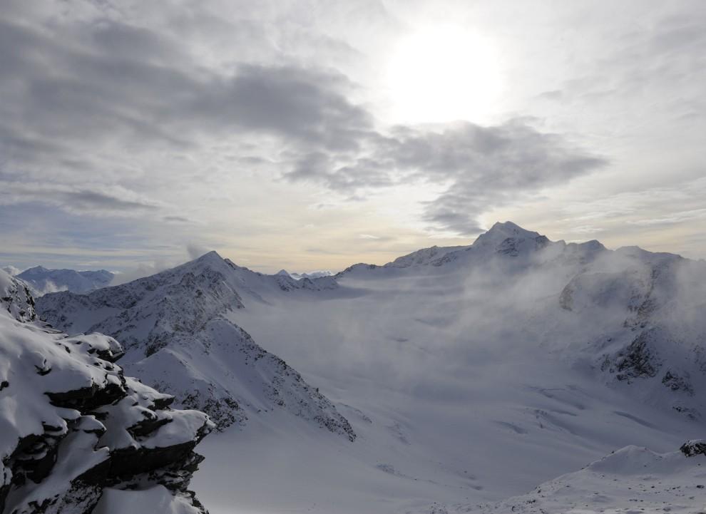 18. AUSTRIA, Soelden, 13 listopada 2010: Zachodzące słońce nad lodowcami Rettenbach i Tiefenbach. AFP PHOTO / CHRISTOF STACHE