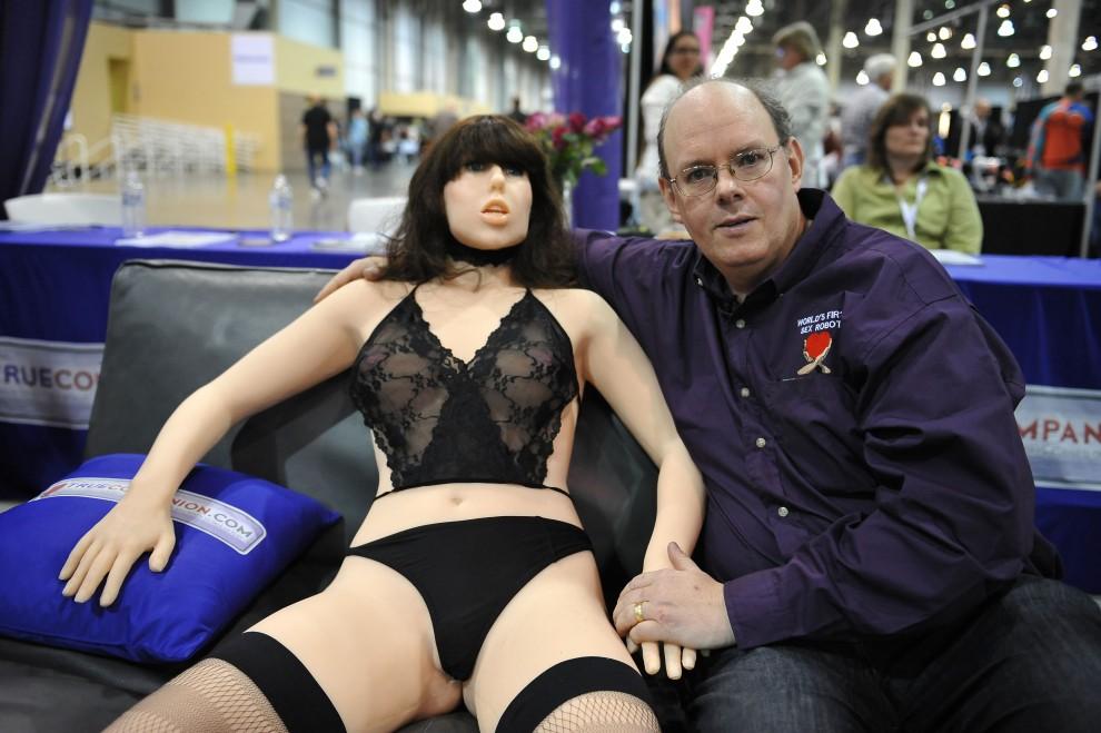 18. USA, Las Vegas, 9 stycznia 2010: Inżynier – Douglas Hines – pozuje z robotem  Roxxxy podczs targów erotycznych w Las Vegas. AFP PHOTO / Robyn Beck