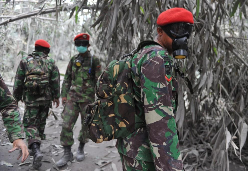 17. INDONEZJA, Sleman, 8 listopada 2010: Żołnierze przygotowują się do akcji ewakuacyjnej. AFP PHOTO / Bay ISMOYO
