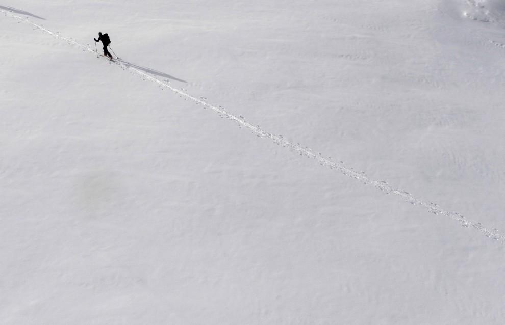 19. AUSTRIA, Soelden, 13 listopada 2010: Narciaż na zboczu lodowca Tiefenbach. AFP PHOTO / CHRISTOF STACHE