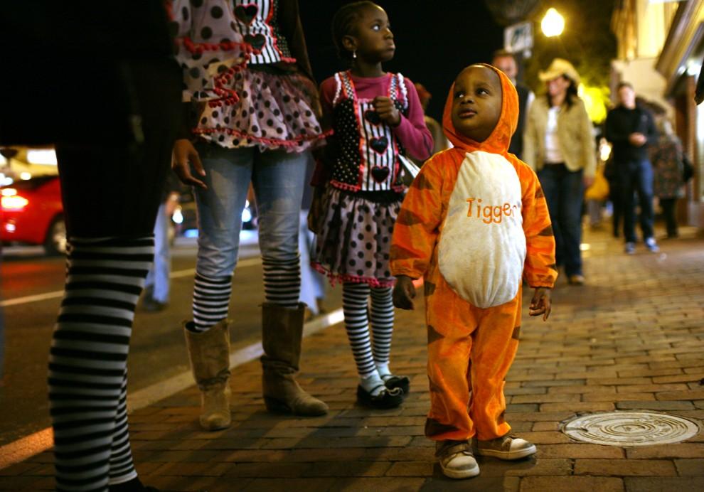 19. USA, Waszyngton, 31 października 2010: Dziecko w towarzystwie mamy podczas zabawy zorganizowanej z okazji Halloween. AFP PHOTO Kimihiro Hoshino