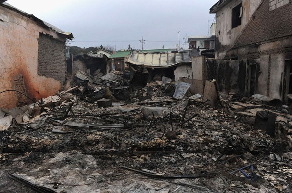 19. KOREA POŁUDNIOWA, Yeonpyeong, 24 listopada 2010: Zniszczone domy na ostrzelanej wyspie Yeonpyeong. (Foto: Getty Images)