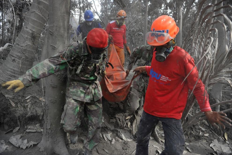 18. INDONEZJA, Sleman, 8 listopada 2010: Żołnierze wynoszą zwłoki jednej z ofiar erupcji Merapi. AFP PHOTO / Bay ISMOYO