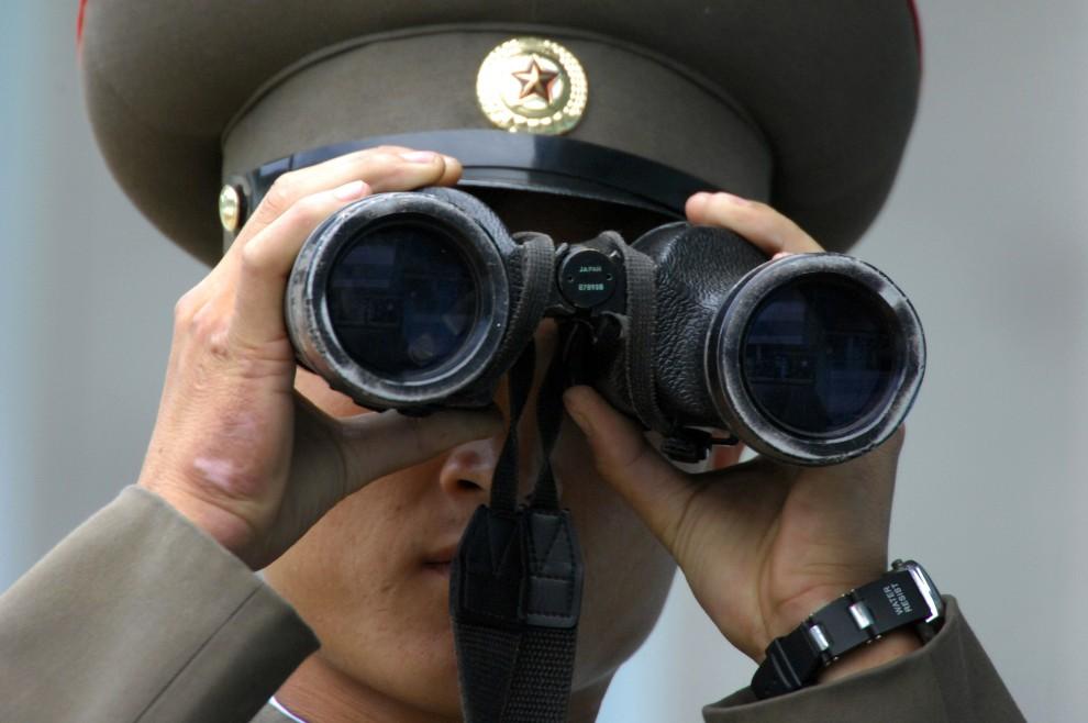 1. KOREA POŁUDNIOWA, Panmundżom, 4 października 2007: Północnokoreański żołnierz obserwuje pas ziemi w strefie zdemilitaryzowanej. AFP PHOTO / KIM JAE-HWAN