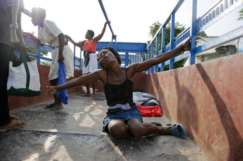 1. HAITI, St. Marc, 22 października 2010: Kobieta rozpacza po śmierci męża – ofiary cholery. (Foto: Frederic Dupoux/Getty Images)