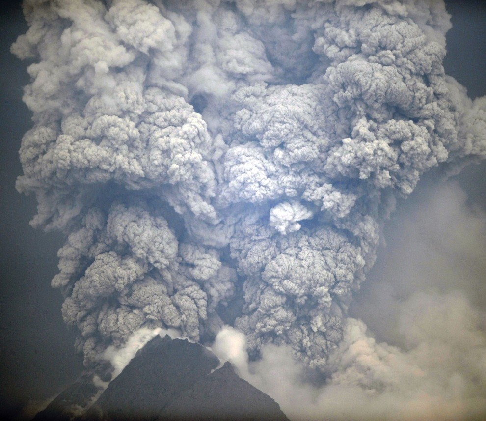 1. INDONEZJA, Sleman, 6 listopada 2010: Chmura popiołu wyrzucona z krateru Merapi. AFP PHOTO / SONNY TUMBELAKA
