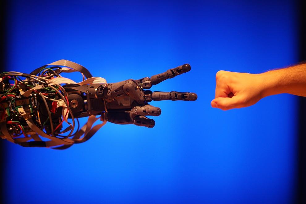 """1. WIELKA BRYTANIA, Londyn, 17 lutego 2009: Pracownik Muzeum Techniki gra z robotem w """"papier, kamień, nożyce"""". (Foto: Peter Macdiarmid/Getty Images)"""