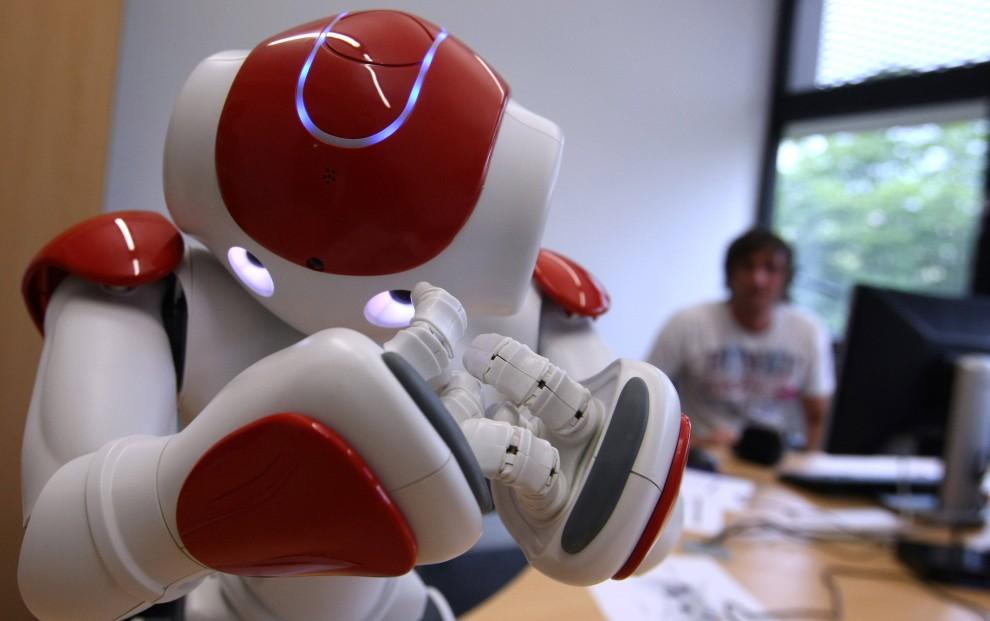20. NIEMCY, Augsburg, 15 lipca 2010: Student steruje androidem wyprodukowanym w Japonii. AFP PHOTO KARL-JOSEF HILDENBRAND