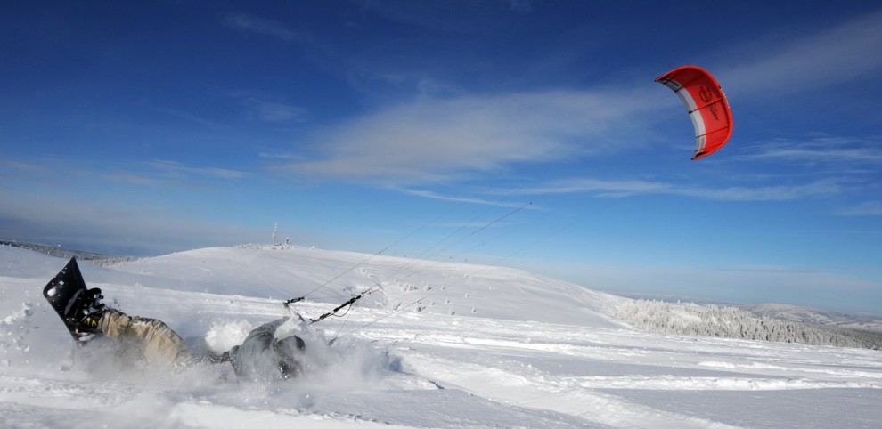 20. NIEMCY, Feldberg, 27 listopada 2010: Kite-snowboarder podczas zjazdu z góry Feldberg. AFP PHOTO / PATRICK SEEGER