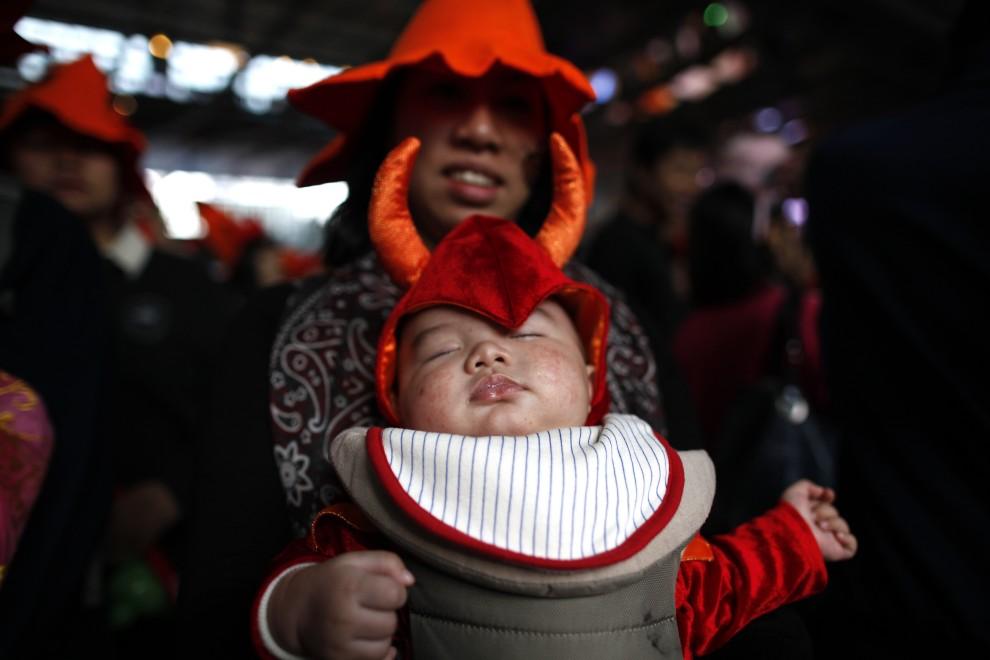 20. CHINY, Hong Kong, 30 października 2010: Mama z dzieckiem w kostiumach na Halloween biorą udział paradzie. AFP PHOTO / DANIEL SORABJI