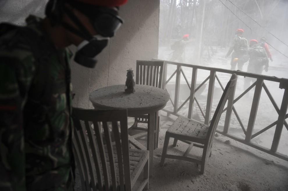 19. INDONEZJA, Sleman, 8 listopada 2010: Żołnierze szukają ofiar w okolicy miejscowości Sleman. AFP PHOTO / Bay ISMOYO