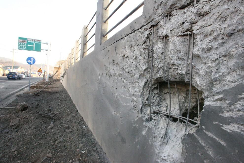 20. KOREA POŁUDNIOWA, Yeonpyeong, 24 listopada 2010: Miejsce w pobliżu którego upadł jeden z pocisków. AFP PHOTO / Ongjin County Office