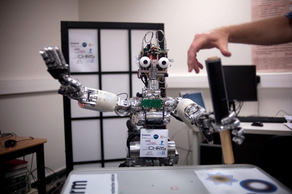"""21. FRANCJA, Bron, 1 lipca 2009:  Robot """" iCub"""" podczas prezentacji w instytucie w Bron. AFP PHOTO / FRED DUFOUR"""