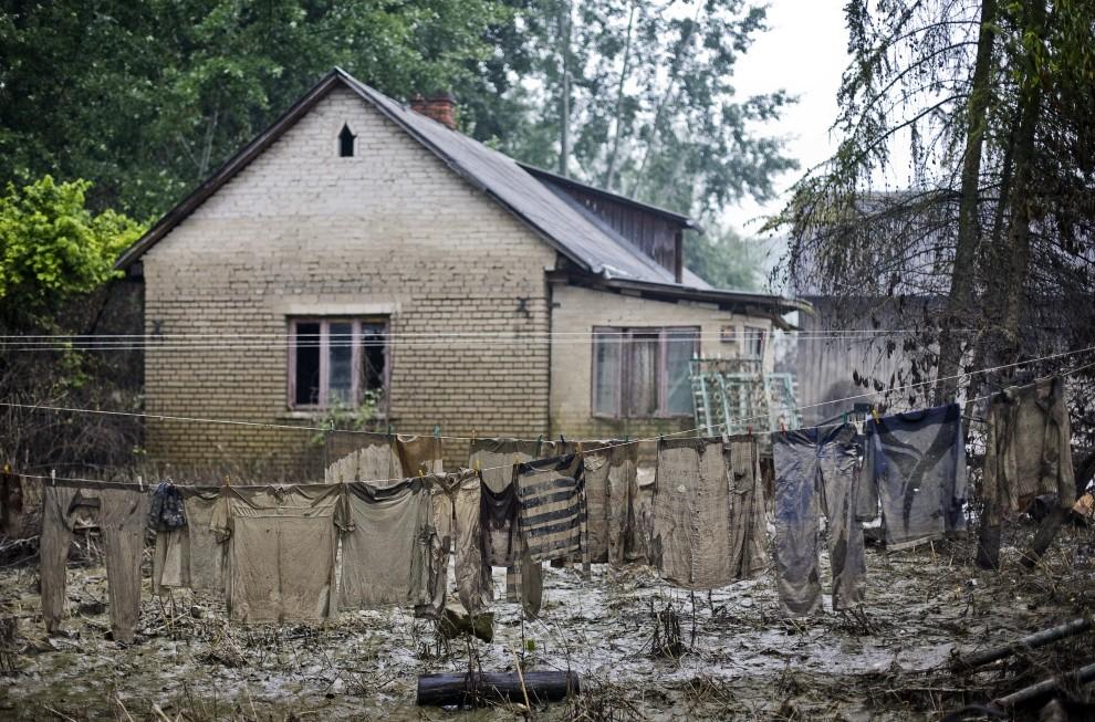 20. Polska, Zastów, 20 czerwca 2010: Pokryte błotem pranie po opadnięciu wód powodzi. AFP PHOTO WOJTEK RADWANSKI