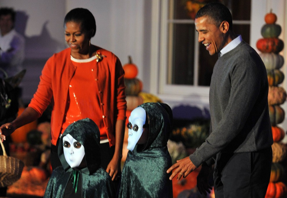 21. USA, Waszyngton, 31 października 2010: Barack Obama w towarzystwie żony – Michelle – rozdaje słodycze dzieciom z okazji Halloween. AFP PHOTO / TIM SLOAN