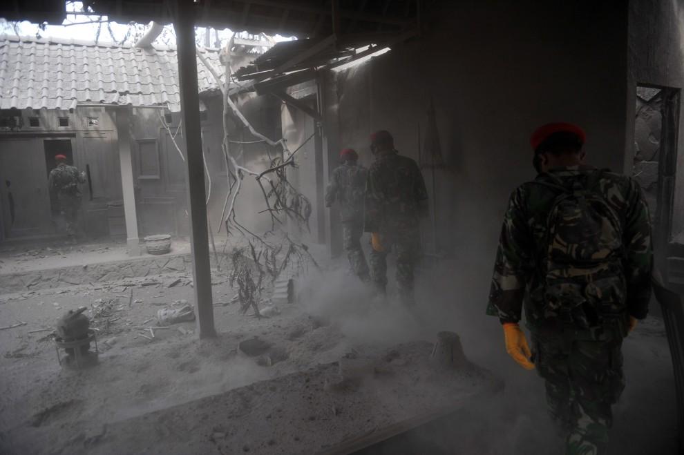 20. INDONEZJA, Yogyakarta, 8 listopada 2010: Zniszczony w wyniku erupcji Merapi dom na przedmieściach Yogyakarty. AFP PHOTO / Bay ISMOYO