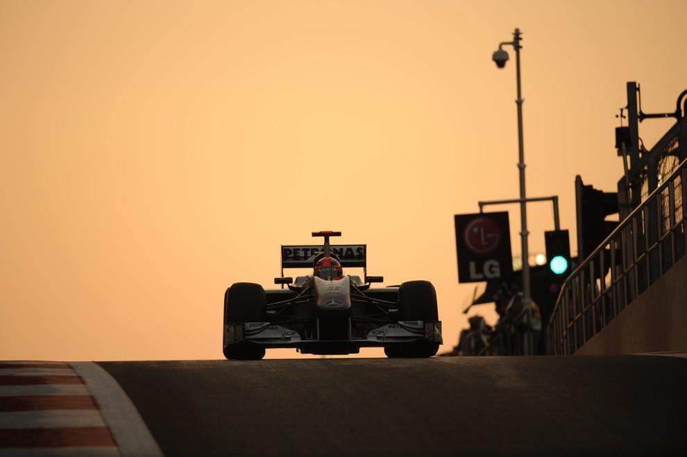 21. ZJEDNOCZONE EMIRATY ARABSKIE, Abu Zabi, 13 listopada 2010: Bolid zespołu Mercedes GP prowadzony przez Michaela Schumachera.  AFP PHOTO / FRED DUFOUR