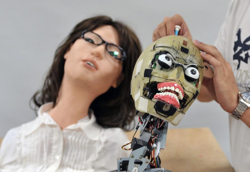 22. TAJWAN, Taipei, 16 września 2009: Inżynier z National Taiwan University of Science and Technology wprowadza ustawienia prototypu robota. AFP PHOTO / Sam YEH