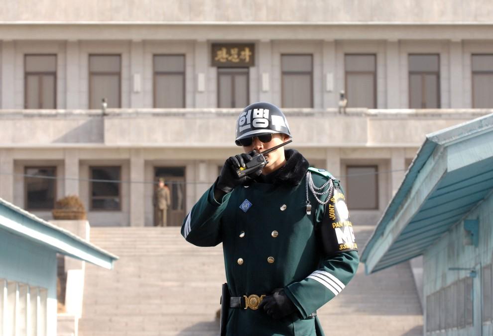 22. KOREA POŁUDNIOWA, Panmundżom, 14 lutego 2007: Południowokoreański żołnierz na posterunku w strefie zdemilitaryzowanej. AFP PHOTO/JUNG YEON-JE