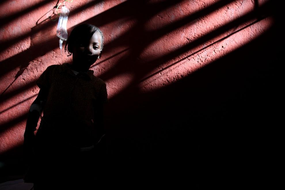 22. HAITI, Cap-Haitien, 19 listopada 2010: Dziecko chore na cholerę w szpitalu prowadzonym przez Lekarzy bez Granic. AFP PHOTO/JULIEN TACK