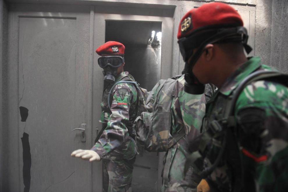 21. INDONEZJA, Sleman, 8 listopada 2010: Żołnierze z ekipy ratunkowej wewnątrz przeszukiwanego domu. AFP PHOTO / Bay ISMOYO