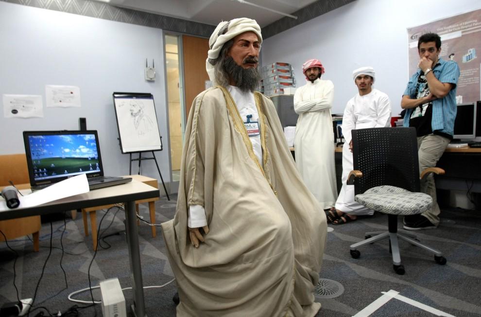 23. ZJEDNOCZONE EMIRATY ARABSKIE, Al Ain, 27 września 2009: Studenci uniwersytetu w Al Ain i skonstruowany przez nich mówiący po arabsku robot. AFP PHOTO/KARIM SAHIB