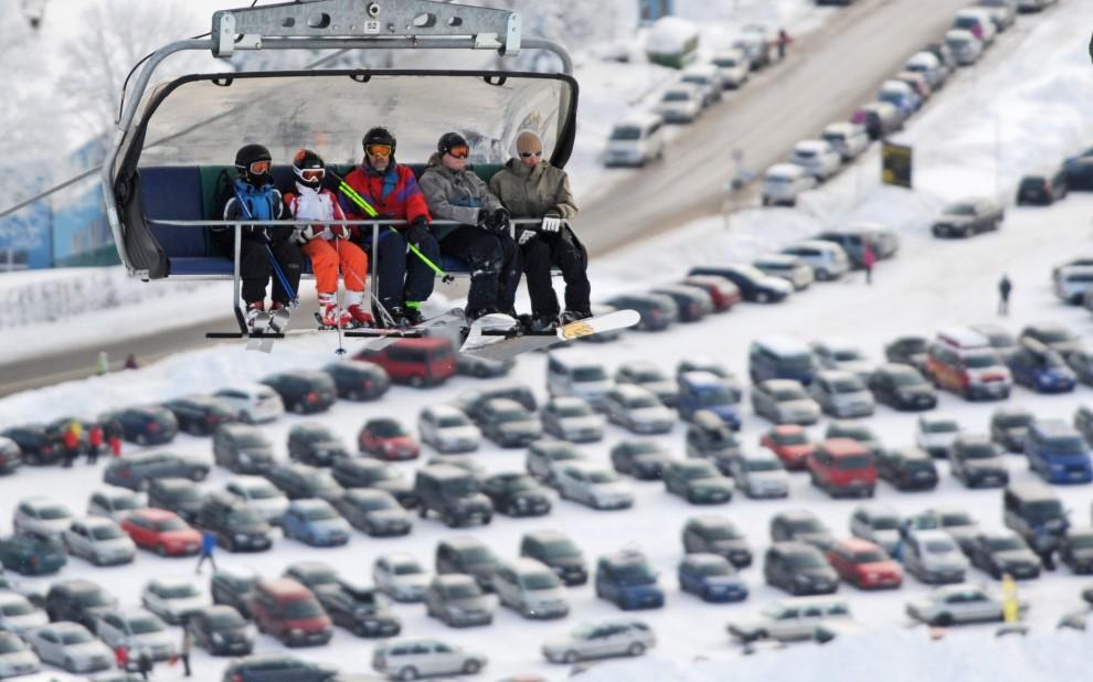 23. NIEMCY, Feldberg, 27 listopada 2010: Entuzjaści sportów zimowych na tle parkingu. AFP PHOTO / PATRICK SEEGER