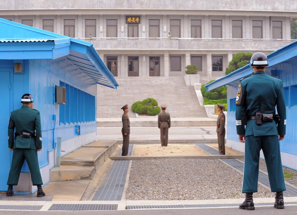 23. KOREA POŁUDNIOWA, Panmundżom, 30 kwietnia 2008: Granica między Koreą Północą i Koreą Południową. Na pierwszym planie patrol graniczny Korei Południowej. AFP PHOTO/KIM JAE-HWAN
