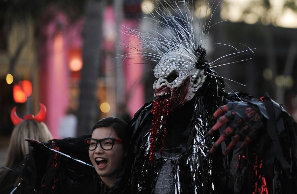 23. USA, Hollywood, 31 października 2010: Uczestnicy parady z okazji Halloween zorganizowanej na  Santa Monica Blvd. AFP PHOTO/Mark RALSTON