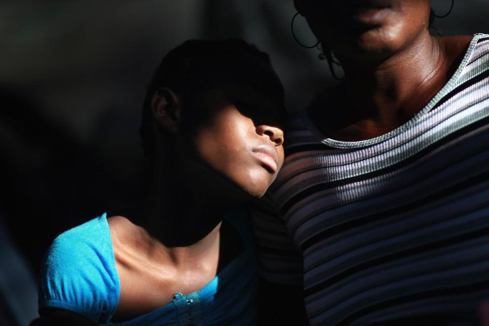 23.HAITI, Port-au-Prince, 20 listopada 2010: Dziesięcioletnia Lestin Ruderline (po lewej) siedzi obok krewnej w szpitalu w Port-au-Prince. (Foto: Joe Rae /Getty Images)