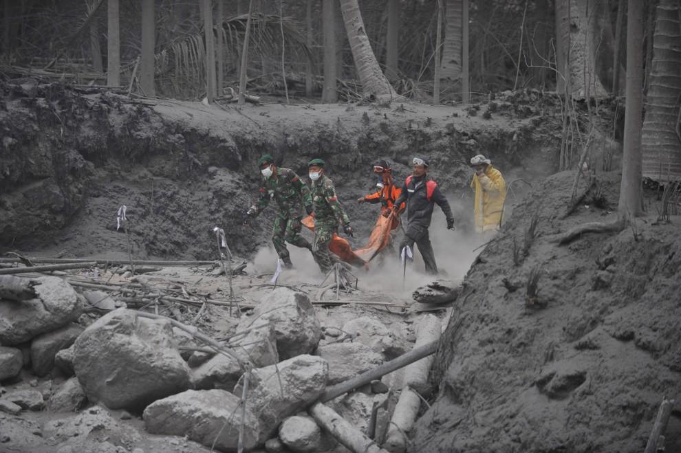 22. INDONEZJA, Sleman, 7 listopada 2010: Ekipa ratunkowa przenosi ciało ofiary erupcji. AFP PHOTO / Bay ISMOYO