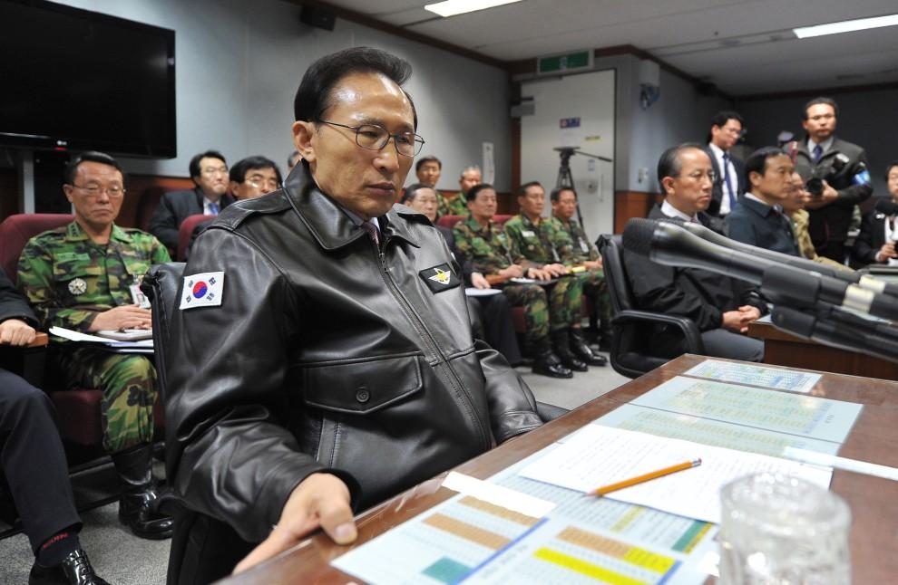 24. KOREA POŁUDNIOWA, Seul, 23 listopada 2010: Prezydent Korei Północnej – Lee Myung-Bak – wizytuje centrum dowodzenia w Ministerstwie Obrony. AFP PHOTO / DONG-A ILBO