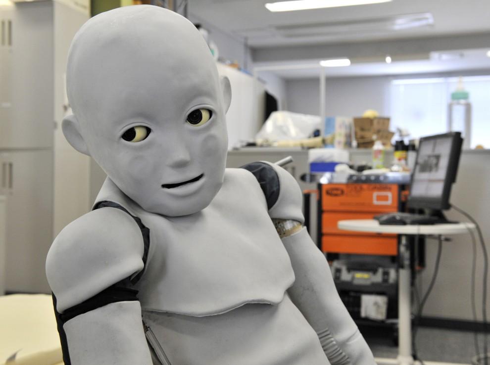 24. JAPONIA, Osaka, 10 marca 2009: Robot-dziecko (wysoki na 130 cm i ważący 33 kg), który będzie rozpoznawał wyraz twarzy matki i odpowiednio na niego reagował. AFP PHOTO / Yoshikazu TSUNO