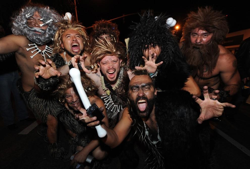 24. USA, Hollywood, 31 października 2010: Grupa mężczyzn w przebraniu jaskiniowców bawiąca się podczas parady z okazji Halloween. AFP PHOTO/Mark RALSTON